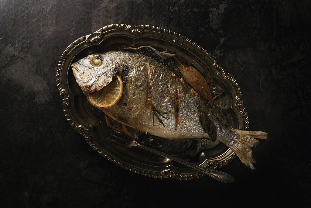 سمكة على طبق